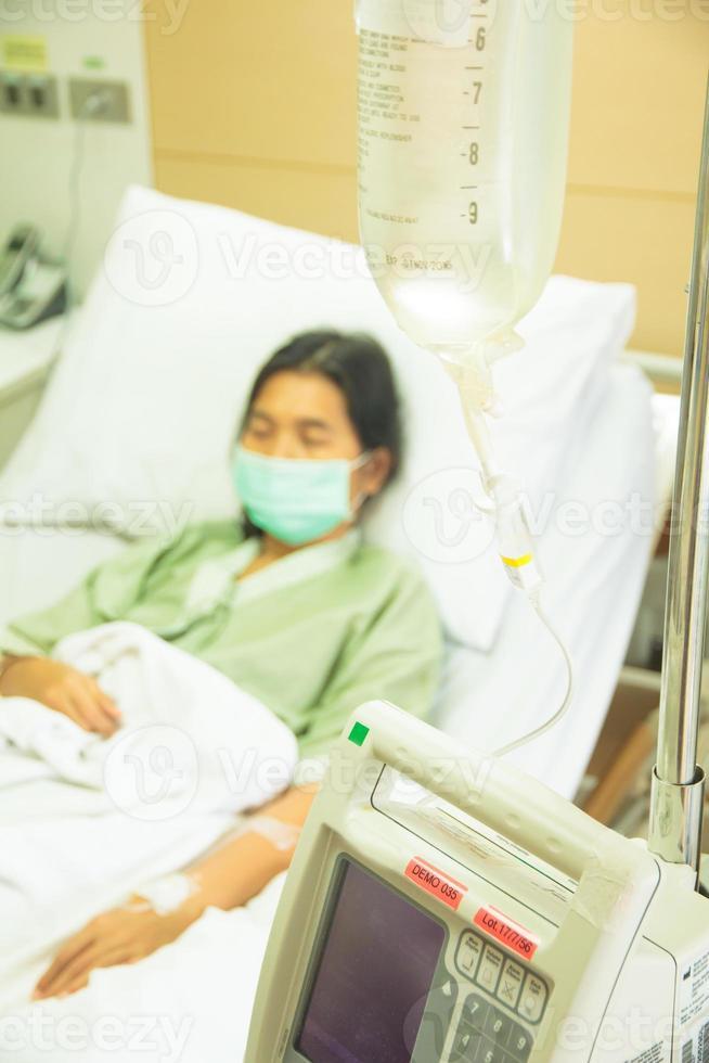 patient de l'hôpital avec goutte à goutte - images de stock libres de droits photo