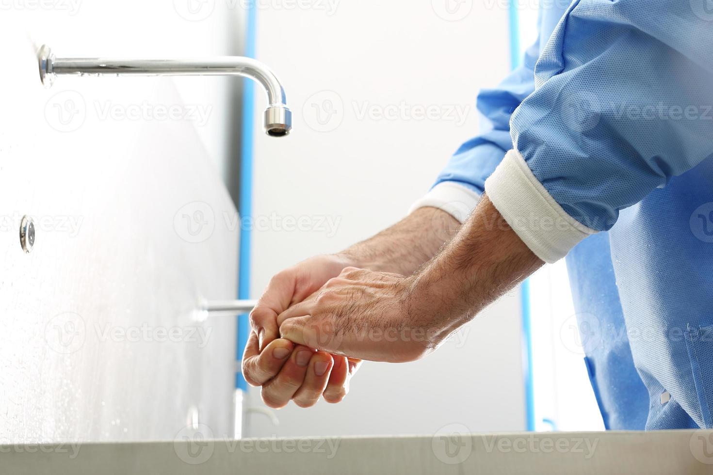 le médecin se désinfecte les mains photo