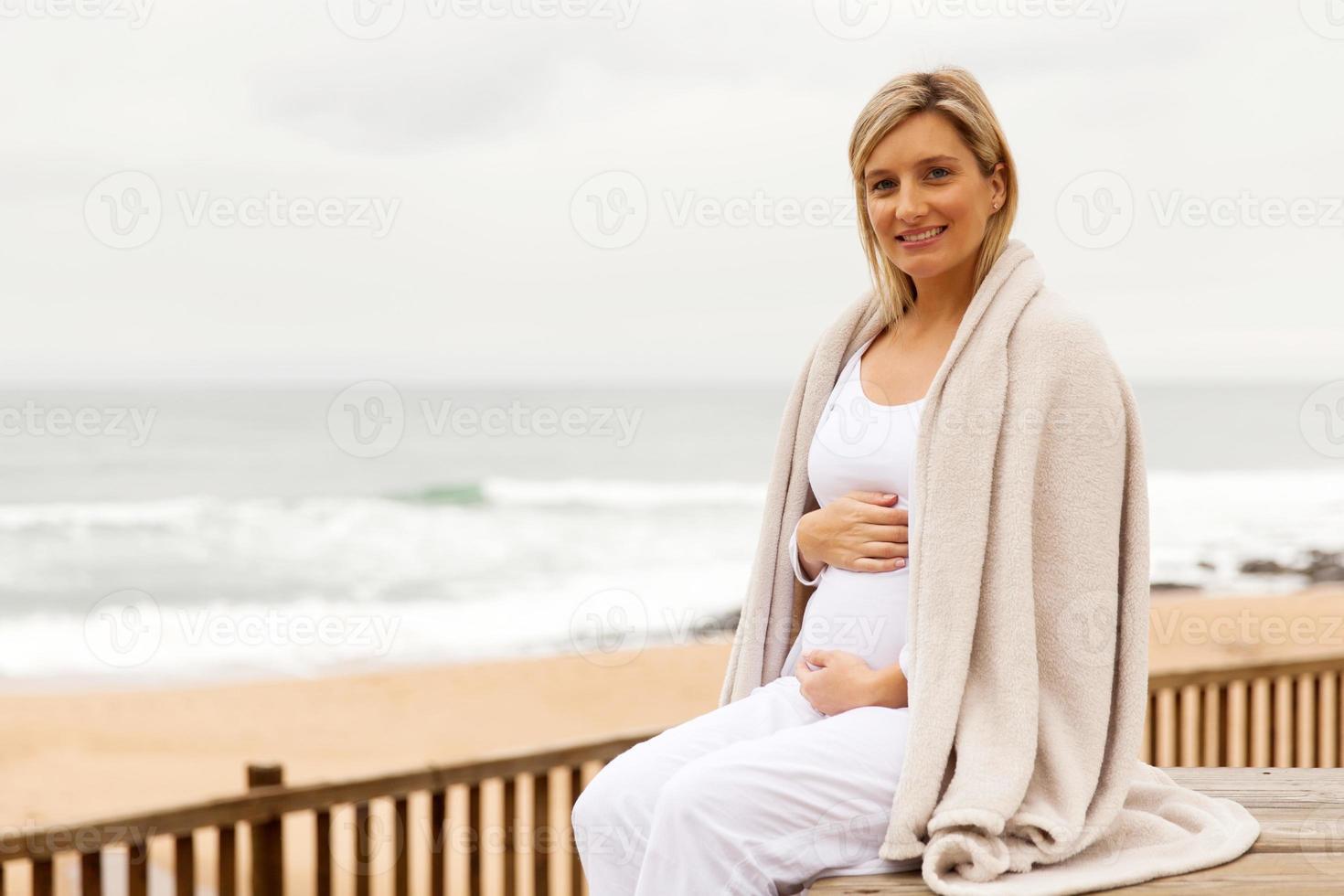 femme enceinte, enveloppé dans couverture photo