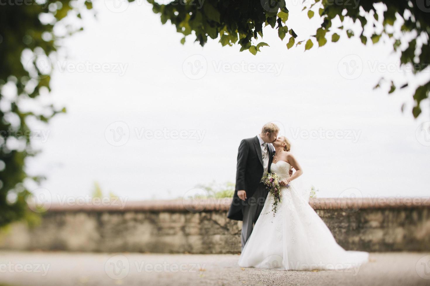 mariée et le marié s'embrasser photo