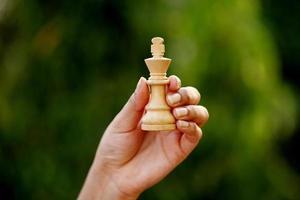 main tenant le roi d'échecs