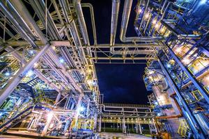 raffinerie de pétrole la nuit photo