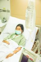 patient hospitalisé avec goutte à goutte photo