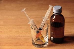 médicament liquide et seringue photo
