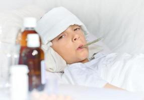 garçon malade couché dans son lit photo
