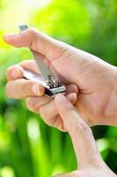 manucure à la main avec coupe-ongles photo
