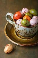 oeufs de Pâques au chocolat dans une tasse photo