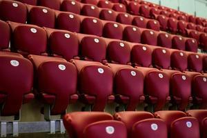chaises de concert rouges vides photo