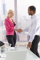 partenaires commerciaux se serrant la main photo