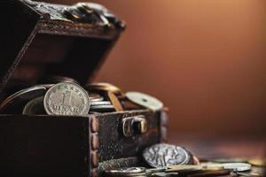 vieilles pièces de monnaie dans la poitrine photo