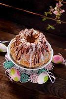 gâteau d'anneau de Pâques avec glaçage et paillettes colorées