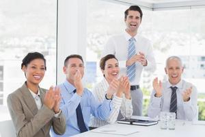 L'équipe commerciale applaudit pendant la conférence photo