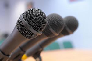 Des microphones se tiennent dans la salle de conférence. photo