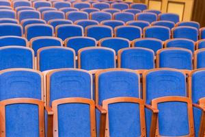 salle de conférence avec des sièges bleus photo