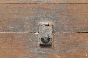 porte-clés thaïlande antique coffre en bois sur fond blanc. photo