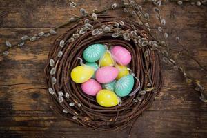 décoration de Pâques, oeufs de Pâques, brindilles sur bois photo