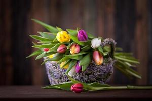 tulipes dans le panier de Pâques