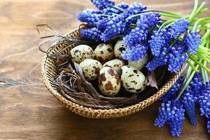 oeufs de pâques à fleurs bleues photo