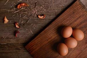 oeufs de poule à bord de fond en bois rustique photo