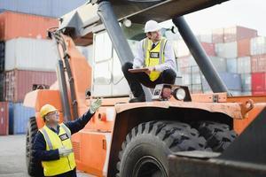 travailleurs sur les machines dans le chantier naval photo