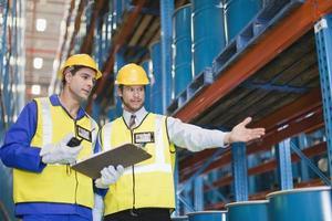 travailleurs avec des conteneurs en entrepôt photo
