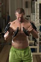 jeune homme, travailler, biceps, haltère, concentration, boucles photo