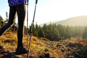 en descendant un sentier de montagne au coucher du soleil. photo
