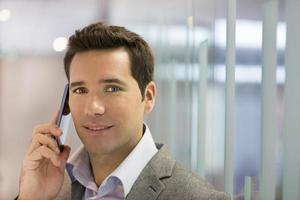 homme d'affaires prospère, parler au téléphone portable, à la recherche d'appareil photo