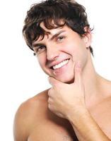 visage d'un jeune homme heureux avec une peau propre et saine photo