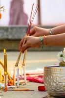 éclairage des bâtons d'encens au laos