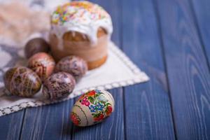 Gâteau de pâques traditionnel kulich russe ukrainien avec des oeufs colorés photo