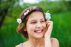 fille dans le jardin de printemps photo