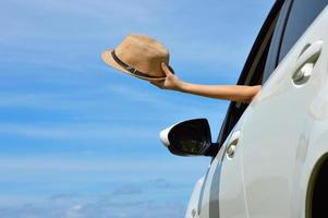 femme heureuse, montre, chapeau soleil, depuis, fenêtre voiture photo