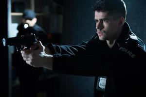 officier de police avec arme de poing photo