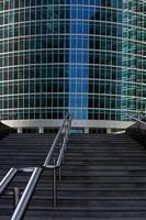 escalier menant à l'immeuble de bureaux photo