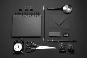 maquette de bureau sur fond noir photo