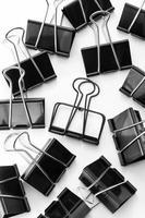 Clip de fournitures de bureau sur fond blanc photo