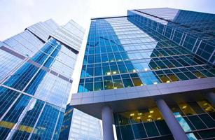 immeuble de bureaux moderne en soirée photo