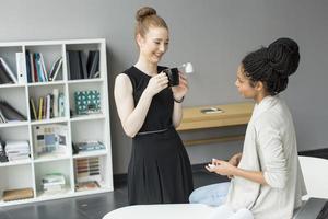 jeunes femmes au bureau photo