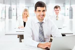 homme d'affaires attrayant dans un bureau photo