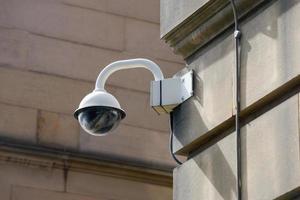 caméra de sécurité cctv dans immeuble de bureaux photo