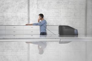 homme affaires, utilisation, téléphone fixe, dans, bureau photo