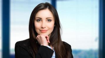 femme d'affaires sympathique dans un bureau moderne photo