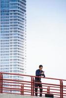 portrait, asiatique, employé bureau, textos, téléphone portable