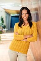 femme affaires, debout, bras, plié, bureau photo