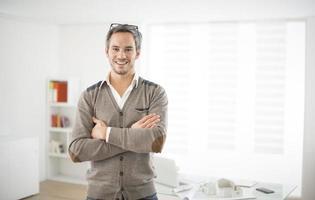 architecte dans son bureau photo