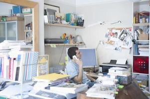 homme affaires, utilisation, téléphone fixe, dans, bureau maison photo