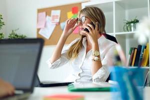 femme daffaires travaillant avec téléphone portable dans son bureau.