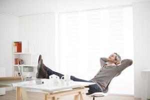 architecte travaillant sur son ordinateur portable sur le bureau photo