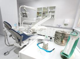 instruments et outils dentaires dans un cabinet de dentistes photo
